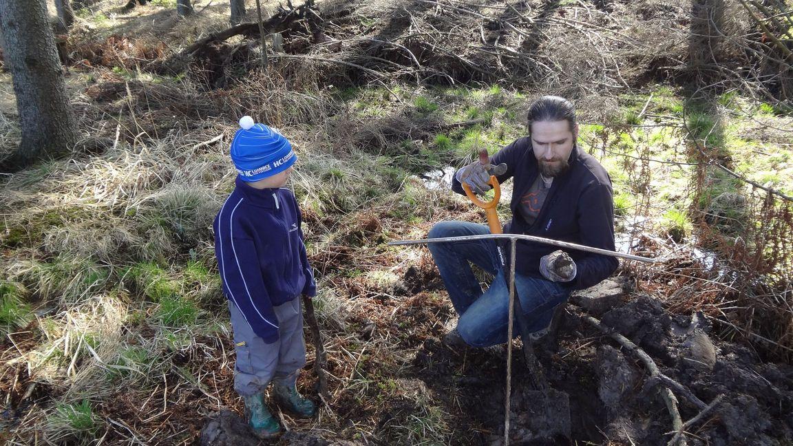 Nález celotvaru dřeva s nálezcem Jirkou a můj syn jako asistent